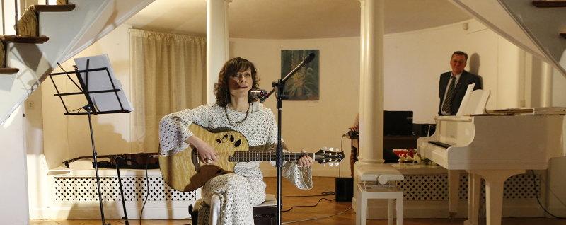 Песня «Киеву». Фрагмент концерта в посольстве Украины во Франции